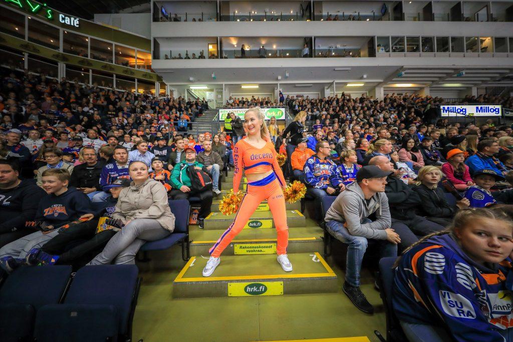Tapparan cheerleaderit viihdyttivät myös yleisöä.