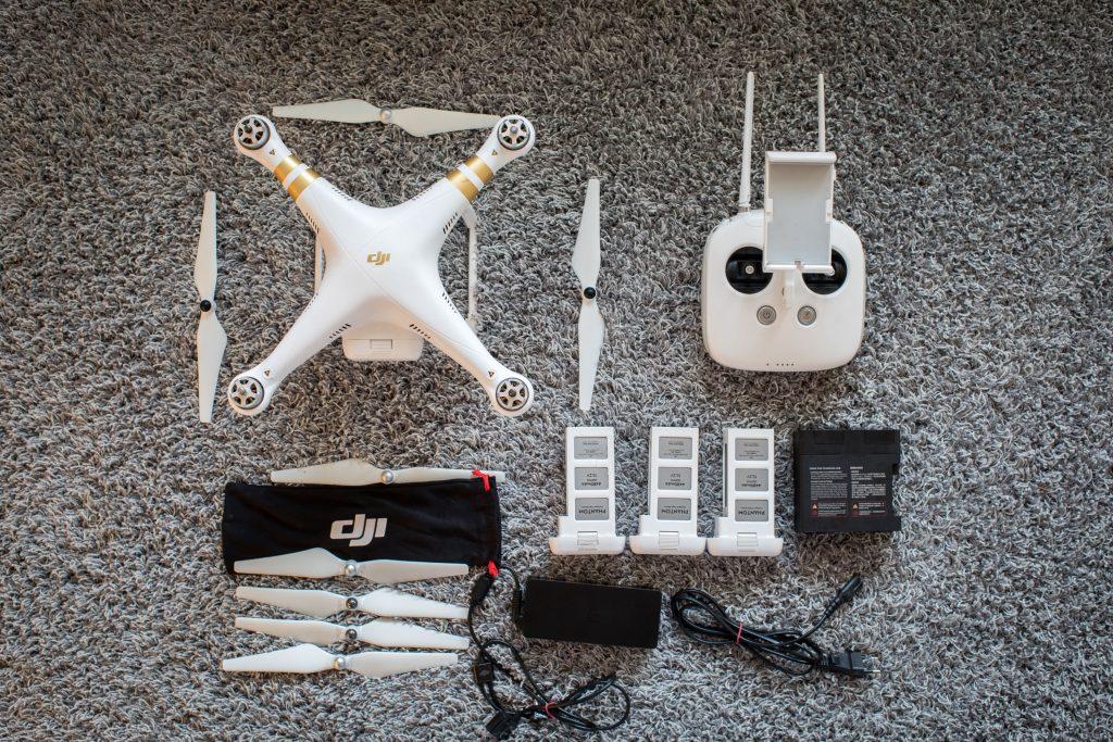 Kopteri kalusto. Kopteri, kauko-ohjain, laturi, muutamat vara-akut ja vara propellit.
